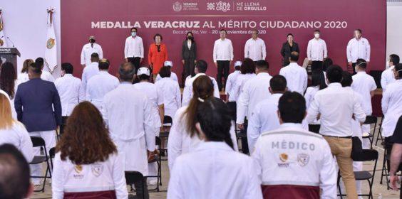 Condecoró Gobernador con la Medalla Veracruz al sector salud de la APE