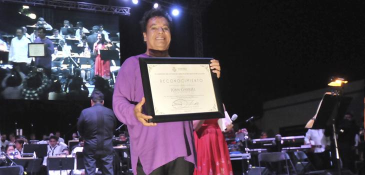 Recibe Juan Gabriel la Medalla Agustín Lara, en Tlacotalpan
